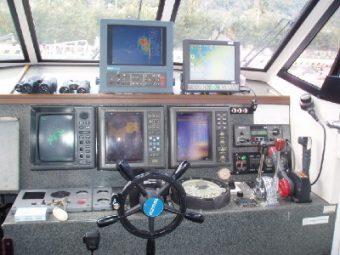 サーチライトソナー 3周波魚探 DGPSプロッター レーダー オートパイロット 微速装置 個室水洗トイレ 大型キャビン フライイングブリッジ 清水シャワー レンジ ポット 電動リール電源 エアコン等